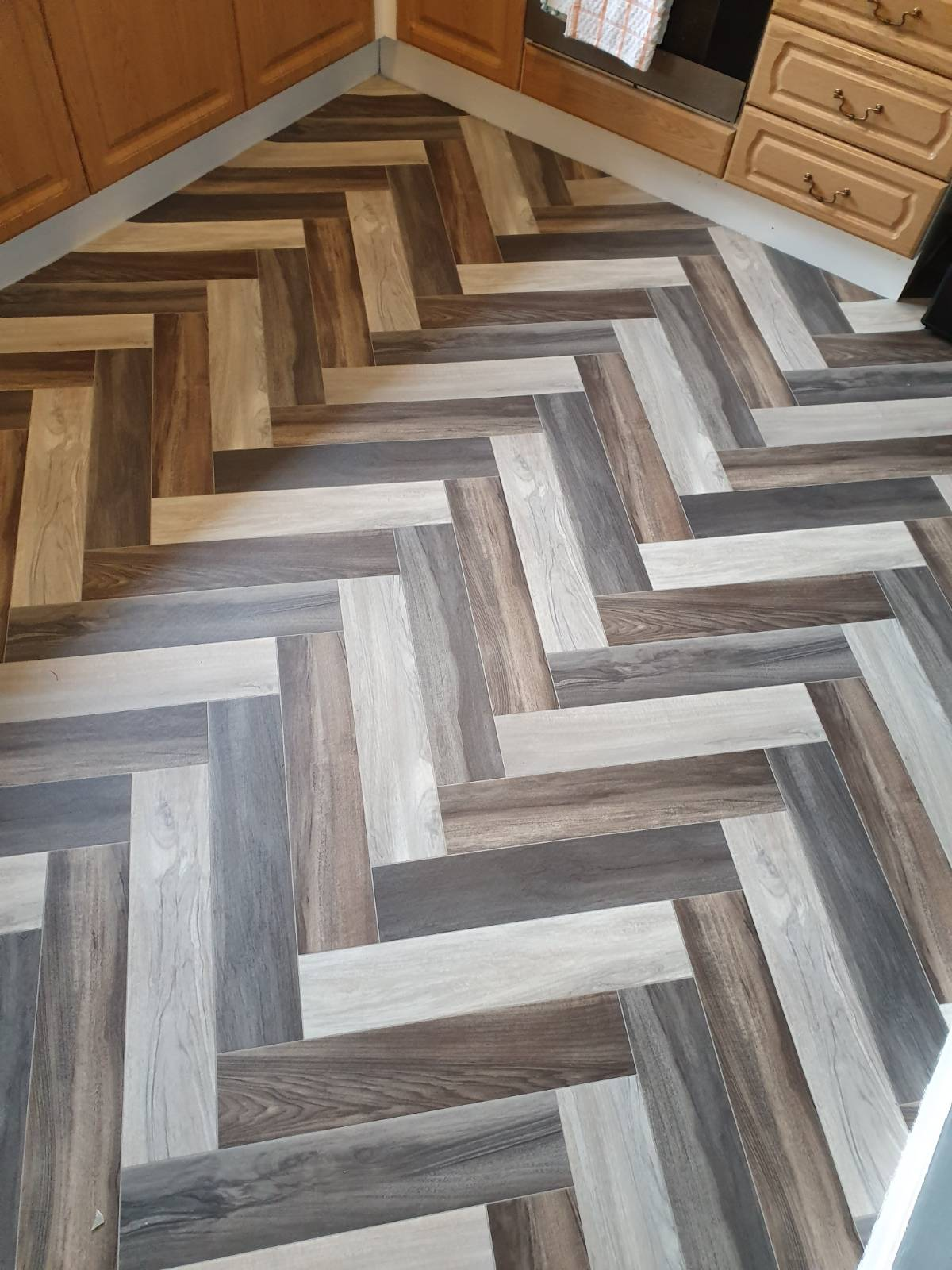 diagonal shaped vinyl flooring with brown and white colours in kitchen